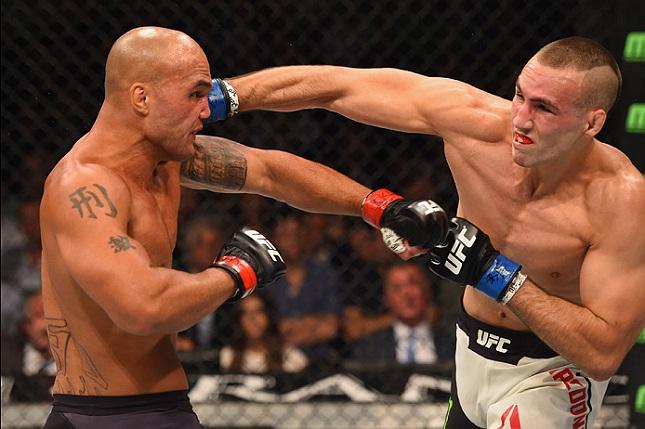 R. MacDonald (dir.) fez a luta co-principal do UFC 189 contra R. Lawler (esq.). Foto: Josh Hedges/UFC
