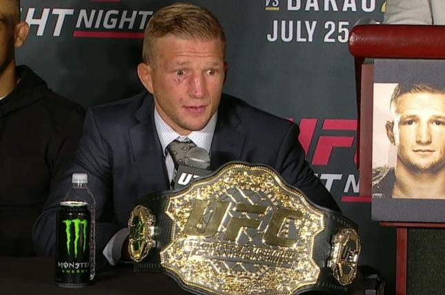 TJ exibe cinturão na coletiva após o UFC on FOX 16. Foto: Reprodução