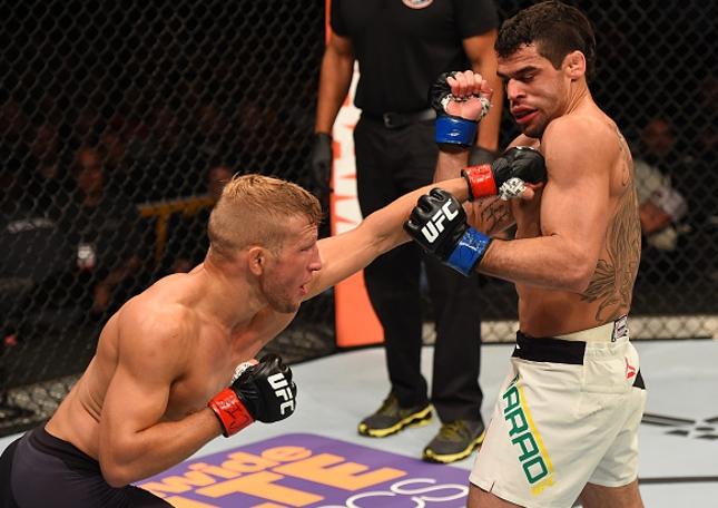 Dillashaw (esq.) bateu Barão (dir.) pela segunda vez em pouco mais de um ano. Foto: Jeff Bottari/UFC