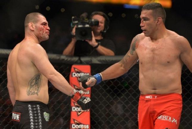 Werdum (dir.) e Velasquez (esq.) devem fazer revanche ainda em 2016. Foto: Josh Hedges/UFC