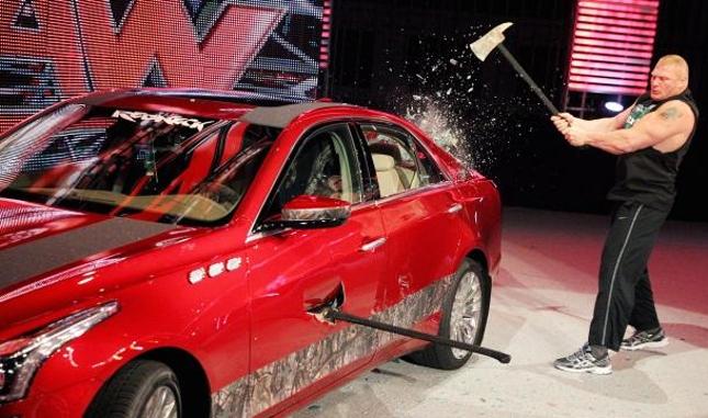 Lesnar e seus dois machados fizeram um verdadeiro estrago no carro de luxo. Foto: Divulgação/WWE