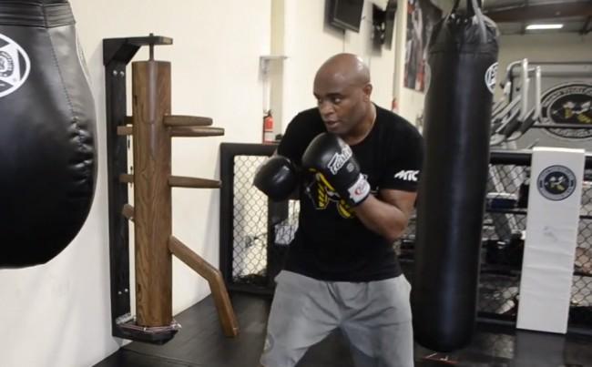 Anderson aparece treinando firme em sua academia. Foto: Reprodução