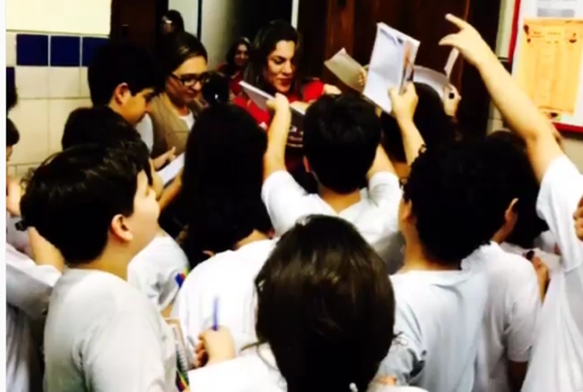 Bethe é recebida com carinho por estudantes na Paraíba. Foto: Reprodução