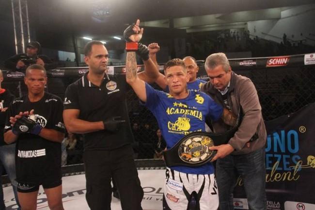 Bruno 'The Talent' com o cinturão do Jungle Fight
