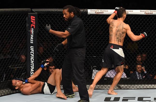 Herb Dean interrompe a luta após lesão de Do Bronx. Foto: Jeff Bottari/UFC