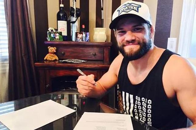 Thomson foi clicado assinando seu novo contrato. Foto: Bellator