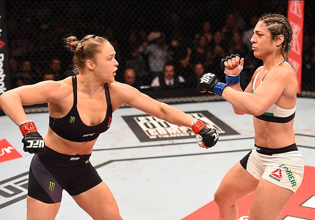 Ronda (esq.) e Bethe (dir.)  fizeram a luta principal do UFC 190. Foto: Josh Hedges/UFC