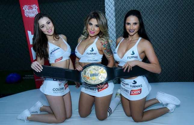 Nayara, Vanessa e Syllvia: trio de ring girls do JF 80. Foto: Caio Duran/Jungle Fight