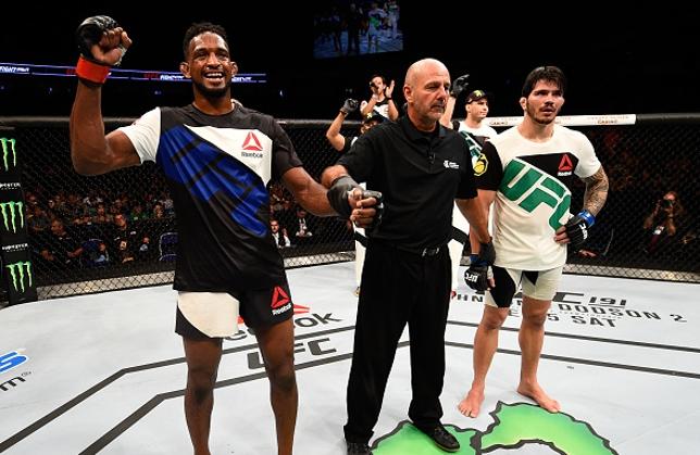 Magny (esq.) levou a melhor sobre Silva (dir.) nas papeletas dos jurados. Foto: Jeff Bottari/UFC