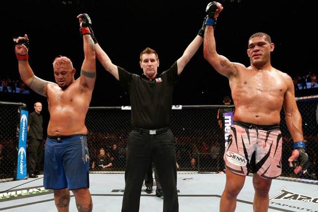 Pezão (dir.) e Hunt (esq.) já se enfrentaram na Austrália em dezembro de 2013. Foto: Josh Hedges/UFC