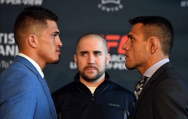 Pettis (esq.) e Dos Anjos (dir.) quando disputaram o título. Foto: Josh Hedges/UFC
