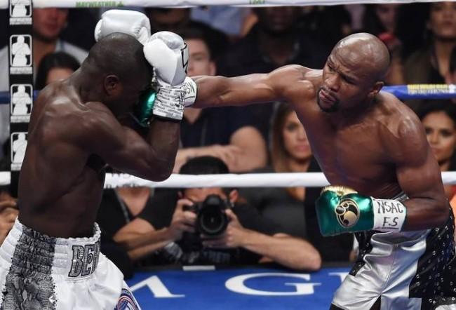 F. Mayweather (dir.) encerrou sua carreira no Boxe com vitória. Foto: Getty Images