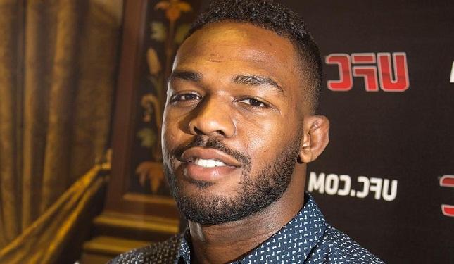 Jones (foto) já está legalmente apto a lutar, mas agora decisão depende do UFC. Foto: Josh Hedges/UFC