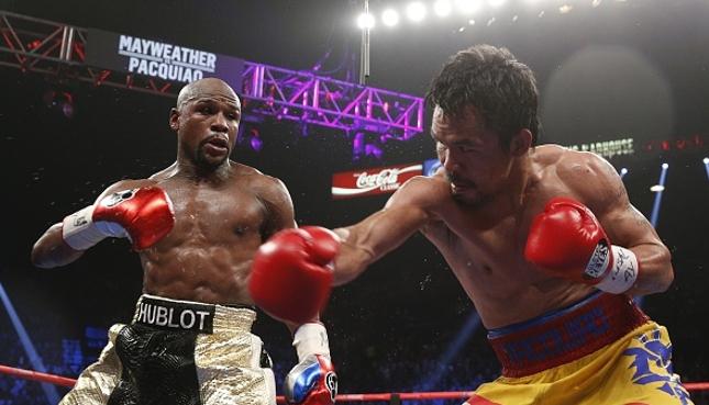 Mayweather (esq.) e Pacquiao (dir.) se enfrentaram em maio, em Las Vegas (EUA). Foto: John Gurzinski/AFP