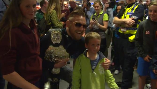 McGregor atende fãs em retorno a Dublin. Foto: Reprodução