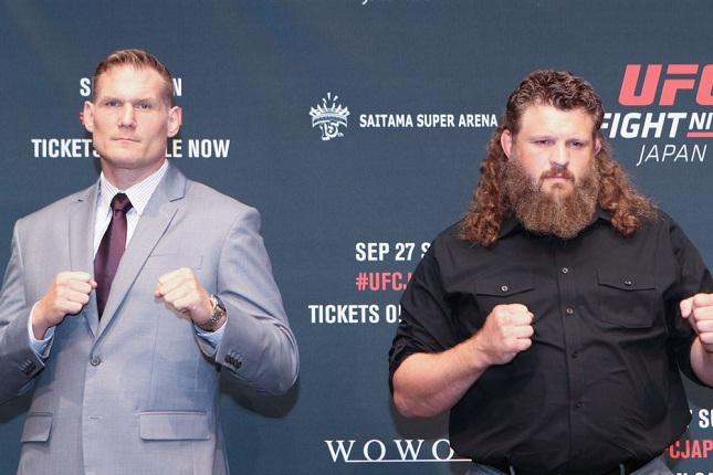 Barnett (esq.) e Nelson (dir.) duelam na luta principal do UFC FN 75. Foto: Divulgação