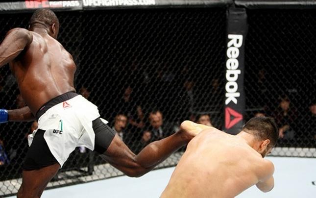 Hall acerta chute giratório em Mousasi. Foto: Mitch Viquez/UFC
