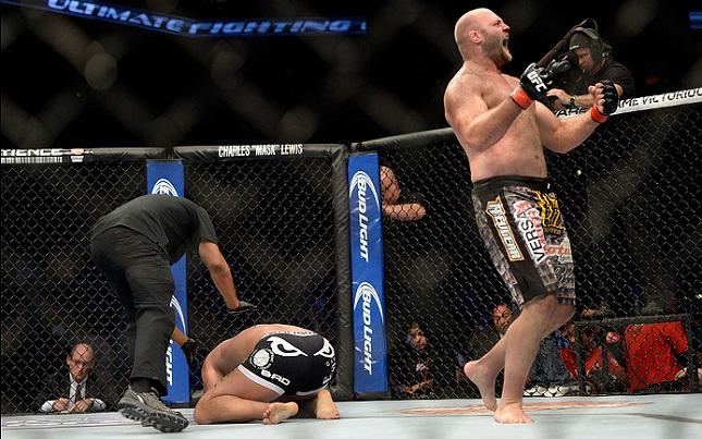 B. Rothwell (dir.) se tornou alvo dos lutadores após ficar sem adversário. Foto: Josh Hedges/UFC