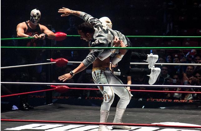 Hamilton é arremessado no ringue por El Místico. Foto: Anadolu Agency