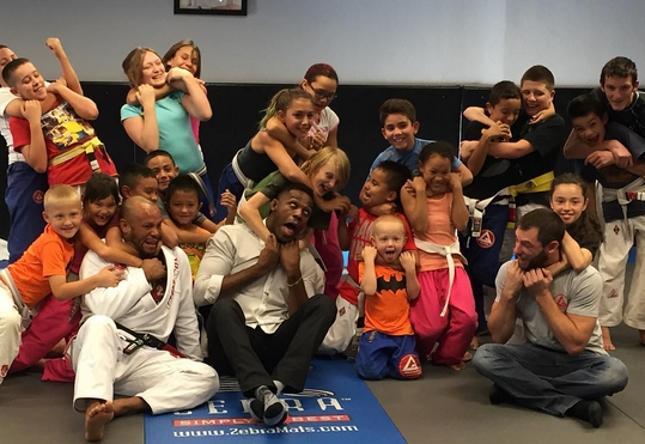 """Jones acabou """"estrangulado"""" pelas crianças do projeto. Foto: Reprodução"""