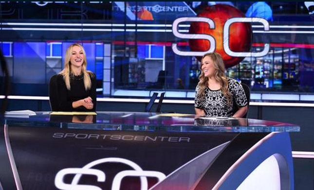 Ronda (dir.) dividiu a bancada do SportsCenter com a jornalista Lindsay Czarniak. Foto: Reprodução