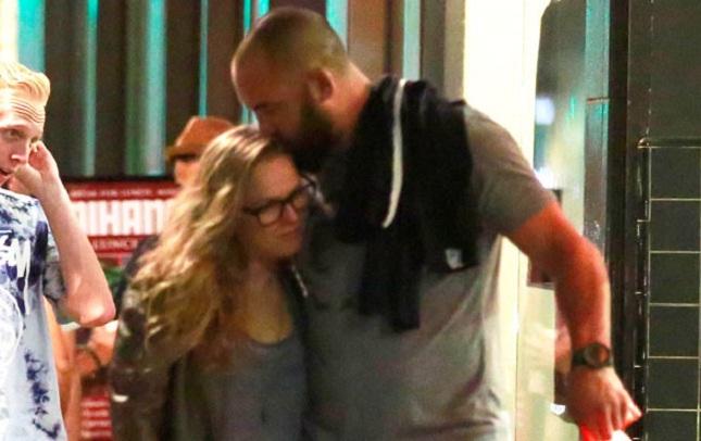 Ronda (esq.) e Travis (dir.) foram flagrados em L.A. Foto: E!/Divulgação