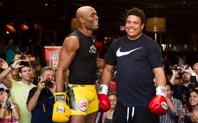 Auge da atuação da 9ine e Ronaldo (dir.) no UFC foi durante o reinado de A. Silva (esq.). Foto: Josh Hedges/UFC