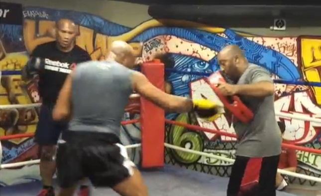 Anderson e Jacaré treinam manopla com Josuel Distak. Foto: Reprodução