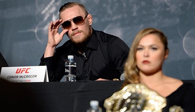 Conor (esq.) deu sua opinião sobre a situação de Ronda (dir.). Foto: Jeff Bottari/UFC