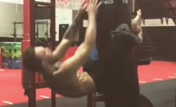 McGregor faz abdominais como preparação para Aldo. Foto: Reprodução