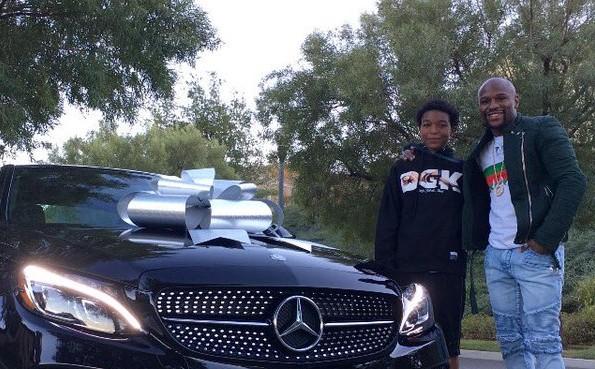 Mayweather entrega carro de presente ao seu filho. Foto: Reprodução