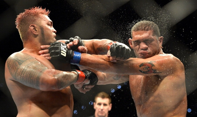 Hunt (esq.) e Pezão (dir.) não repetiram o grande duelo de seu primeiro encontro. Foto: Josh Hedges/UFC