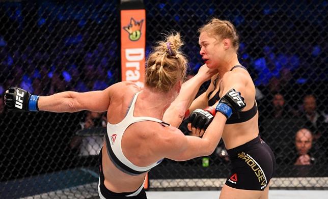 Chutaço de Holm (esq.) levou Ronda (dir.) à lona. Foto: Josh Hedges/UFC