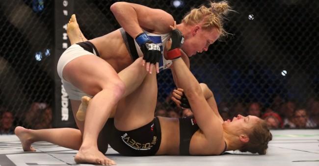 Quando a luta foi ao solo, Ronda não ameaçou Holm. Foto: Divulgação