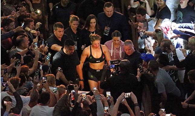 Ronda deixa o octógono após a derrota para Holm. Foto: Scott Barbour/UFC