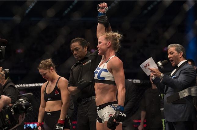 Holm (dir.) levou a melhor sobre Ronda (esq.) no UFC 193. Fot: Brandon Magnus/UFC