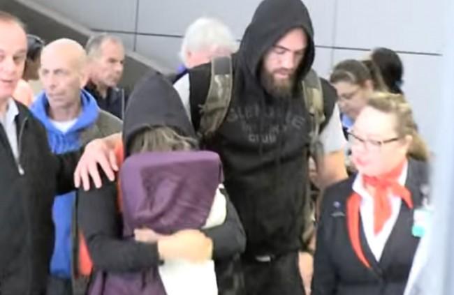 Ronda chega aos EUA escondendo o rosto. Foto: Reprodução/YouTube
