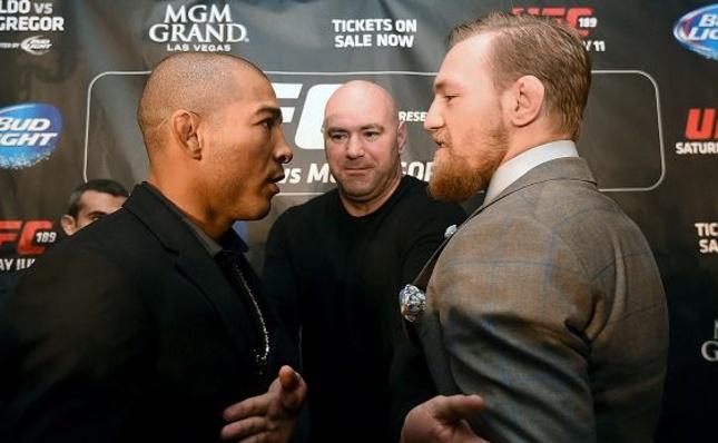 Aldo (esq.) e McGregor (dir.) se enfrentaram em dezembro de 2015, com vitória do irlandês. Foto: Josh Hedges/UFC
