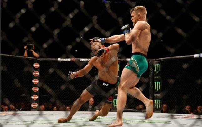 McGregor observa Aldo cair após o cruzado no queixo. Foto: Josh Hedges/UFC