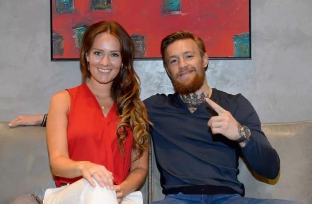 McGregor (dir.) ao lado da namorada e Dee Devlin