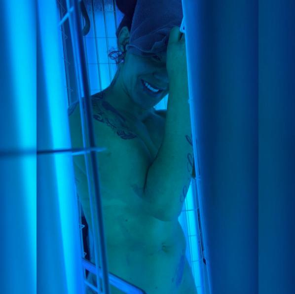 Cyborg postou foto durante sessão de bronzeamento artificial. Foto: Reprodução