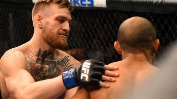 McGregor conversa consola Aldo após derrota no UFC 194. Foto: Josh Hedges.