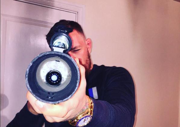 McGregor pratica tiros em 'noite quieta' em casa. Foto: Reprodução