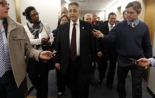 Sheldon Silver (centro) foi condenado a pelo menos 20 anos de prisão. Foto: AP