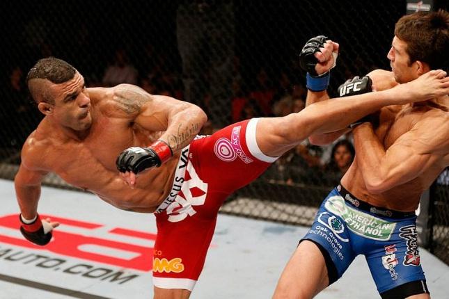 Vitor (esq.) usou foto do nocaute para provocar Rockhold (dir.). Foto: Josh Hedges/UFC
