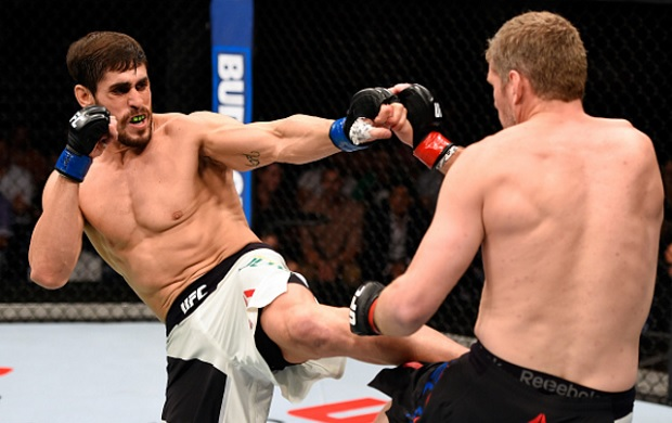 Sapato (esq.) acabou surpreendido por Kelly (dir.). Foto: Josh Hedges/UFC