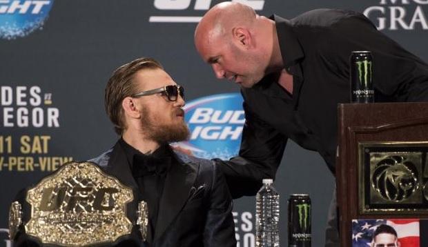 McGregor (esq) reclamou com D. White (dir) após ser multado pela NAC. Foto: Josh Hedges/UFC