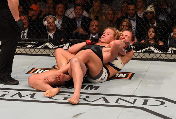 Tate obtém impressionante finalização sobre Holm no UFC 196. Foto: Josh Hedges/Zuffa LLC