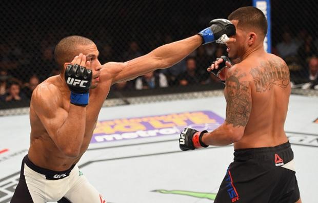 Barboza (esq.) bateu Pettis (dir.) no card principal. Foto: Josh Hedges/UFC