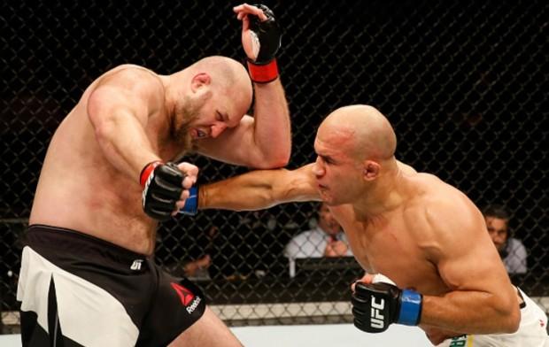 Cigano (dir.) e os golpes na linha de cintura que incomodaram Rothwell (esq.). Foto: Srdjan Stevanovic/UFC